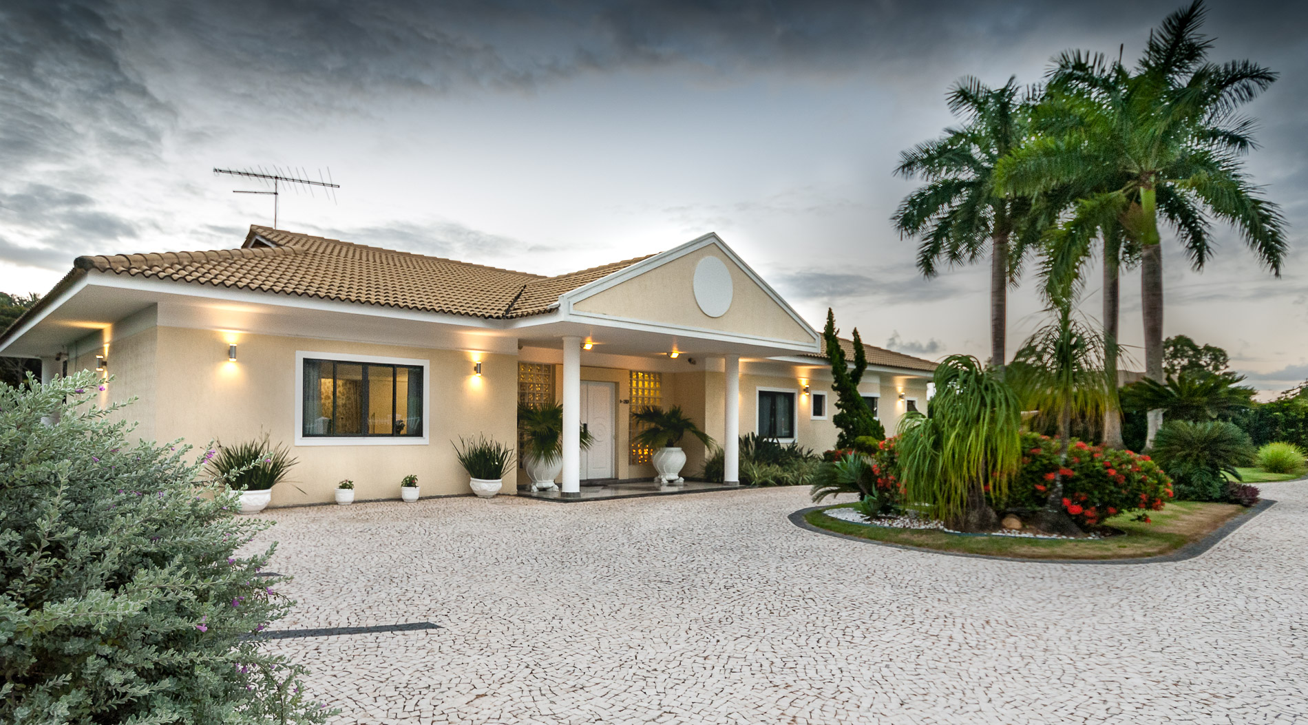 Luxury home for sale in condominio Encontro das Águas