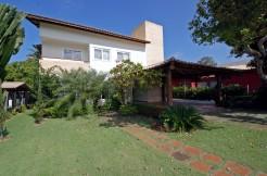 Moderna e confortável casa a venda em Busca Vida