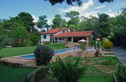 Linda casa com piscina a venda no Encontro das Águas