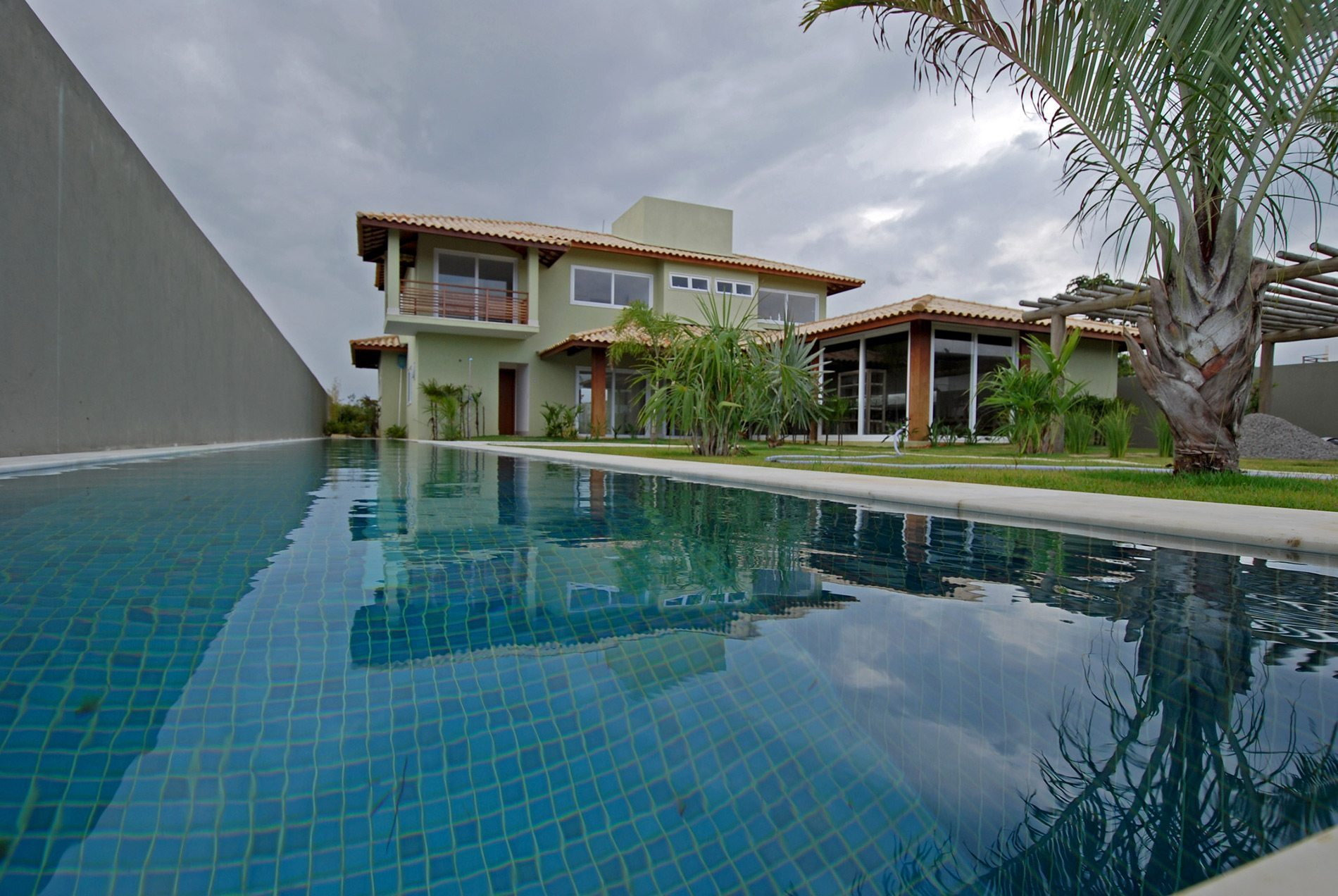 Stunning house with pool for sale in busca vida hansen for Casa piscina