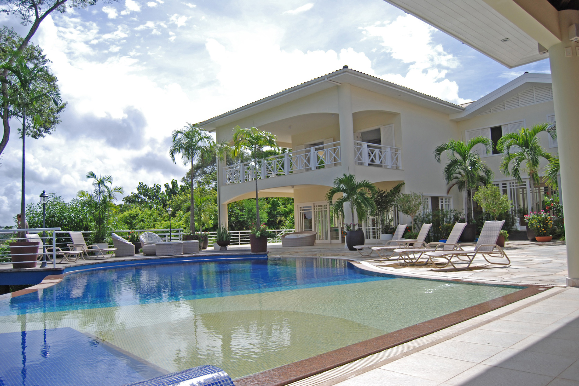 Spectacular mansion in front of lake for sale in Encontro das Águas