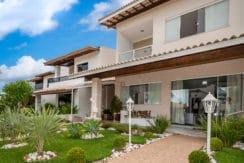 Casa com piscina perto da praia a venda em Itapuã