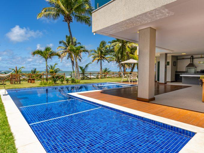 Casa moderna de frente à praia a venda em Guarajuba
