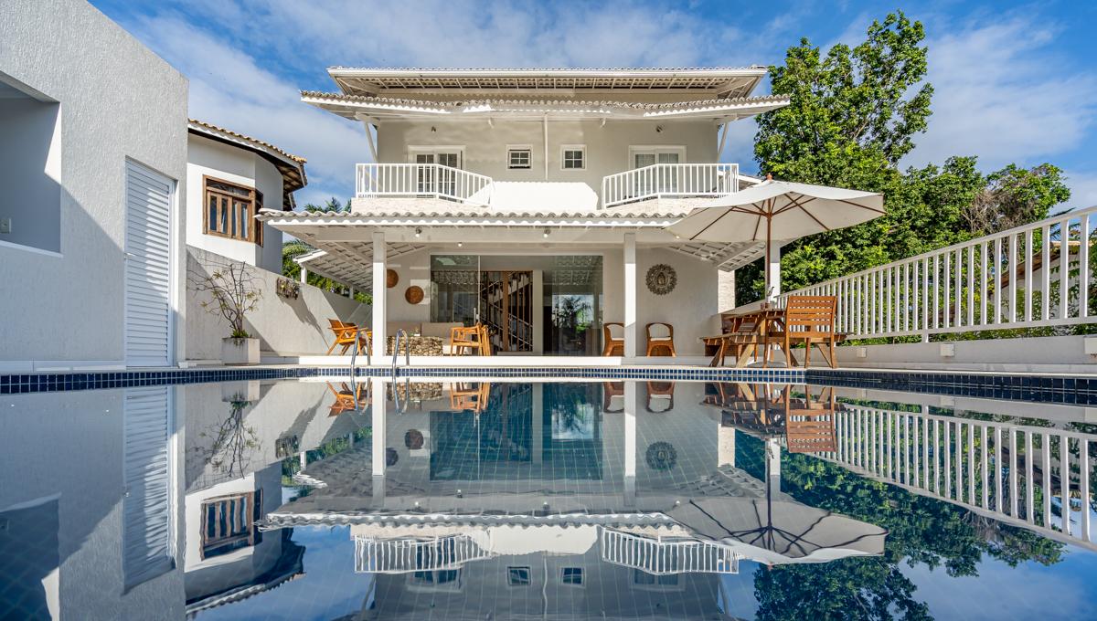 Casa com design moderno a venda em Lauro de Freitas